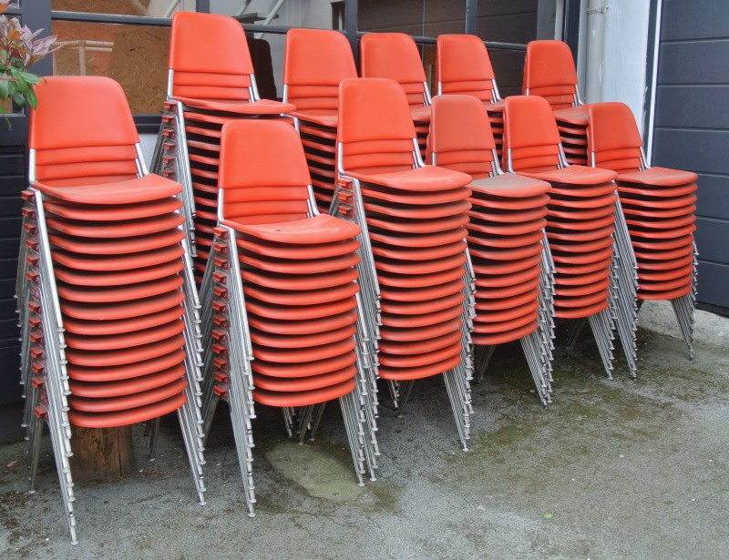 gestapelte rote Stühle